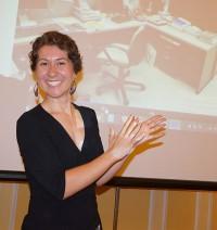Kira Potowski, 2016 Vortrag beim Hoyerswerdaer Kunstverein. Auf dem Bild im Hintergrund ist ihr Büro in Mexiko bei der AHK zu sehen.