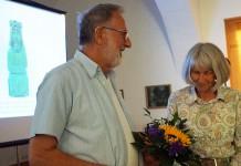 Erich Busse für seinen Vortrag zu Jochen Klepper mit viel Beifall und Blumen bedankt. 2020 Hoyerswerdaer Kunstverein