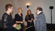 Helmut Hammer, ehemaliger Leiter der Musikschule Hoyerswerda (rechts), beglückwünscht Petra Voigt, Angela Ladewig und Sabine Kegel  (von links).