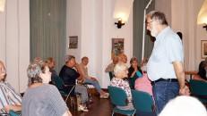 Erich Busse steht neben seinen Vorträgen beim Hoyerswerader Kunstverein auch immer für ein Gespräch zur Verfügung.